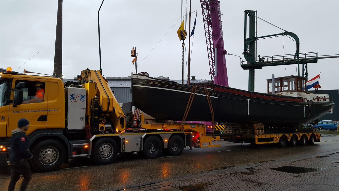Hier wordt een schip SSN 27 ton te water gelaten door de 100 tonner is op het journaal geweest Kraanverhuur Woerden